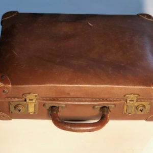 J32 מזוודה עתיקה