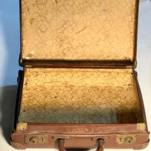 M6 מזוודה עתיקה