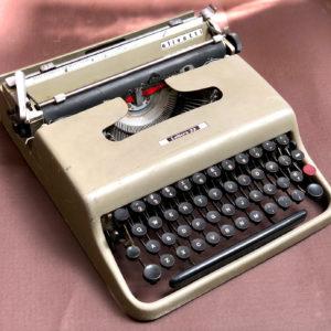 J107 מכונת כתיבה